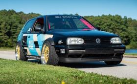 Това е VW Golf Mk3 с 4,4-литров BMW V8 и задно предаване
