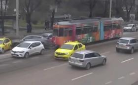 Трамвай играе на боулинг с коли в Румъния (Видео)