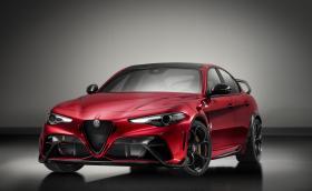 Alfa Giulia GTA е немислимо яка - има карбонови седалки, 5-точкови колани и е-е-ей такъв спойлер