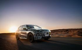 BMW тества iX5 при 60-градусова жега в пустинята Калахари
