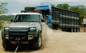 Два Defender-а вадят ТИР, закъсал в пустинята Намиб (Видео)