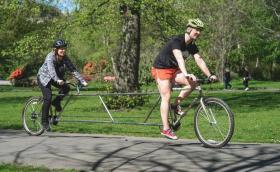 Шотландец направи тандемно колело за спазване на дистанция от 2 метра