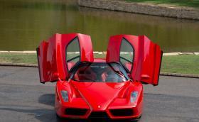 Продават второто произведено Enzo. Карал го е Шумахер и е минало само 6500 км