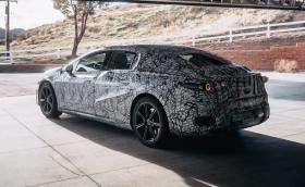 Mercedes показа нова снимка на тестовия EQS