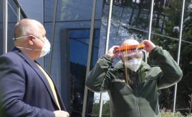Вместо мигачи за Bentley и Porsche българската Arexim започна да прави защитни очила и шлемове за медиците