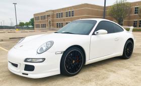 Продават Porsche 911 Carrera S с централно разположен волан. Цената е добра