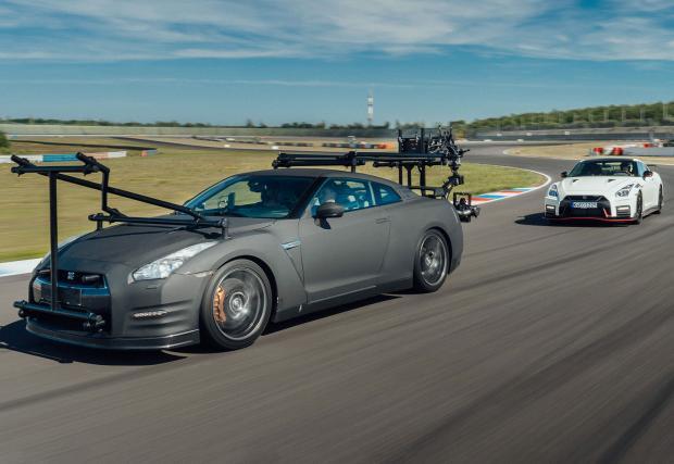 Този Nissan GT-R вози карбонов гимбъл и много скъпа камера. Много бързо