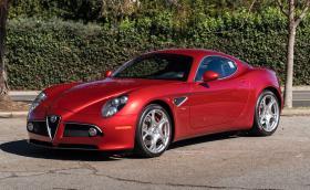 Тази Alfa Romeo 8C Competizione се продава за 300 хил. евро