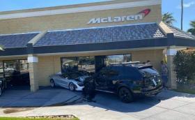 BMW X5 катастрофира в нов McLaren 720S, забивайки го в сградата на дилърството