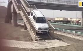 По пешеходния прелез вместо по кръговото за коли - само на борда на Suzuki Jimny! Видео