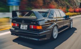 Този Mercedes-Benz 190 E 2.5-16 Evolution II не седи в климатизиран гараж. Кара се на писта