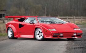 Това е 1984 Lamborghini Countach LP500 S от Bertone. Колата е на 14 хил. км