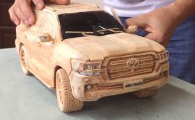 Да изсечеш Toyota Land Cruiser V8 от дърво. Респект към този майстор!