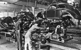 VW Beetle влиза в серийно производство преди 75 години!