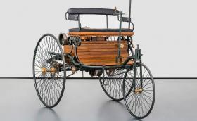 Тази реплика на 1886 Benz Patent Motorwagen се продава за 53 900 евро, колкото струва нов E 200 4MATIC