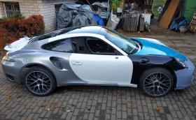 Артур Тушик сглобява това Porsche 911 Turbo S от три други и го прави, като ново