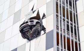 От Русия с любов: Macan проби фасадата на сграда