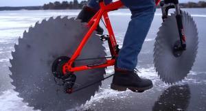 Това е велосипед с дискове от циркуляр вместо с гуми. Видео
