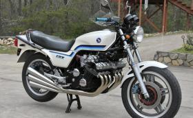 1982 Honda CBX е прекрасен мотоциклет с 6-цилиндров редови двигател. Този се продава