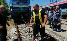 """Кандидат за """"Гинес"""": Мариян Димитров от Пловдив издърпа 85-тонен локомотив на разстояние 20 метра"""