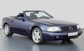 Този Mercedes-Benz SL 280 се продава за почти 120 хил. лв. В цената влиза и Nokia 6210
