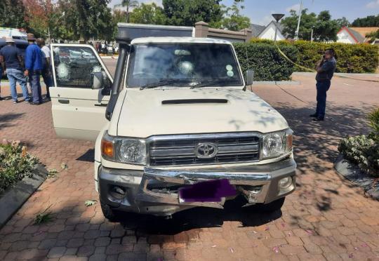 Шофьор на Toyota Land Cruiser инкасо маневрира под обстрел. Видео