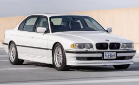 Това BMW 740iL се задвижва от 4,9-литровия S62 от M5, ръчка е и се продава