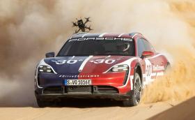Porsche Taycan Cross Turismo съсипва дронове в супер яко видео!