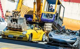 Багер унищожи Porsche, McLaren, Bentley и Lotus (Видео)