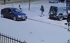 Шофьор рита, удря и плюе жена в София след спречкване на пътя (Видео)