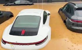 Видео от Германия показва наводнени Porsche-та