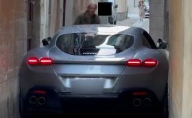 Да заклещиш Ferrari Roma в тясна италианска уличка. Видео