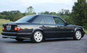 Това е много рядък 1993 Mercedes-Benz 400E AMG с 4,2-литров V8 от Япония. Продава се за 100 хил. лв.