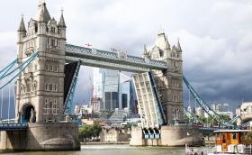 """""""Тауър Бридж"""" в Лондон блокира отворен за над 11 часа"""