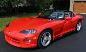 Този 1993 Dodge Viper RT/10 се задвижва от 8-литров V10 с 400 коня. Като нов е и се продава!