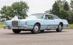 Този 1976 Lincoln Continental MkIV е със 7.5 V8 с… 202 коня. Абсурден е и се продава за 8 хил. лв.