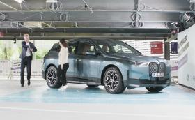 Вижте как BMW iX отива на автомивка и на разходка до зарядната станция… без шофьор