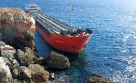 Голям кораб заседна край Камен бряг
