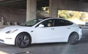 Tesla става автономна, но само за добрите шофьори
