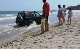 Пиян директор на училище кара между деца по плажа на Кранево и блъсна кола (Видео)