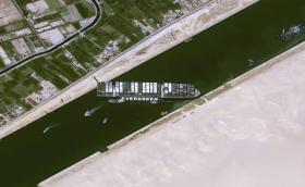 Кога ще успеят да освободят заседналия кораб в Суецкия канал?