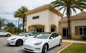 След като едва се спаси от банкрут, Hertz купува 100 хил. Model 3 за 4,2 млрд. долара