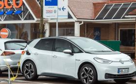 Без гориво за колите, а сега и без ток за електричките във Великобритания