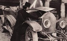 Монах от Рилския манастир поправя автомобил Benz