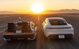 """Porsche направи видео с Taycan и… колата от """"Завръщане в бъдещето"""""""