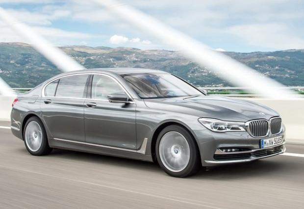 BMW 750d xDrive. Колата с най-мощен 6-цииндров дизелов мотор в света. Който работи с 4(!) турбини, развива 400 к.с. и 760 Нм. Цифри, хвърлящи супер куксозната лимузина до сто за 4,6 сек.