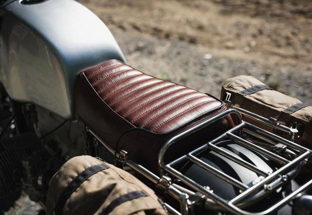 Готината кожена седалка е изработена от New Church Moto. Цвят бордо и класическо изпълнение на шевовете.