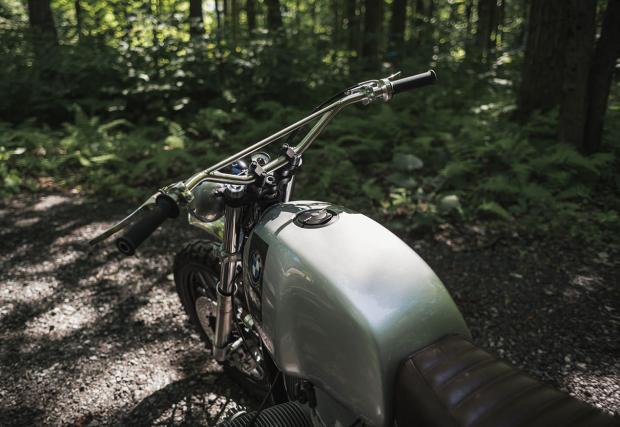 Инструменталният панел е Motogadget, минималистичен и скрит. Тази фирма на практика доминира в света на къстъм байковете.
