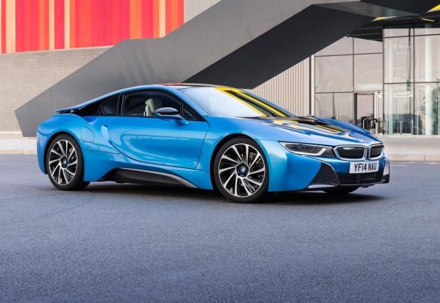 08. BMW i8. Ако GT-R-a е космос, то i8 е летяща чиния. Вероятно най-футуристичните форми на сериен автомобил, който не са случайни. Колата разполага с 362 хибридни коня, вдига 250 км/ч и ускорява за 4,4 до сто.