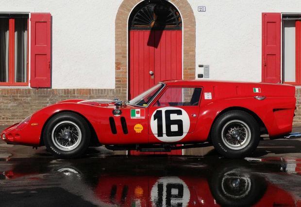 1962 Ferrari 250 GT SWB Breadvan. През 1962 Джовани Волпи, собственик на състезателен отбор, иска да закупи новото 250 GTO. Енцо Ферари обаче му отказва, Волпи взима 250 GT SWB и го дава на Джото Бизарини, който прави колата, която виждате на снимката.